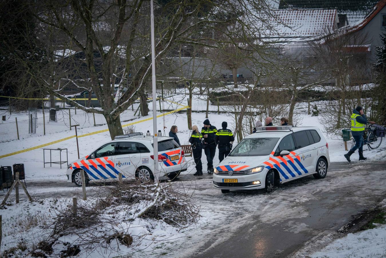 Politie aan de Rijndijk in Doornenburg, waar na een ontploffing in januari een amfetaminelab werd ontdekt.