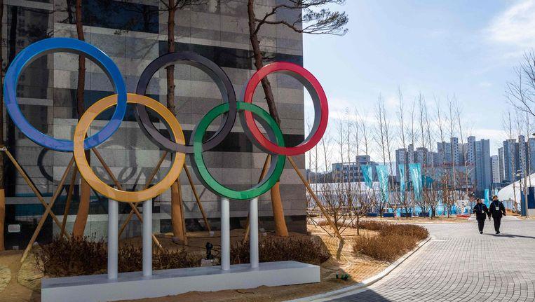 De Olympische ringen in het Olympisch dorp in Gangneung, Zuid-Korea Beeld null