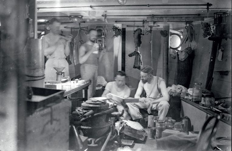 Collectie Naturalis: de werkruimte met laboratorium aan boord van de Hr. Ms de Siboga, het expeditieschip dat in Nederlands-Indië eind negentiende eeuw aandeed.  Beeld