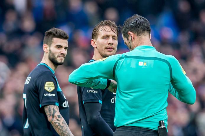 Luuk de Jong klaagt bij scheidsrechter Nijhuis en krijgt geel.
