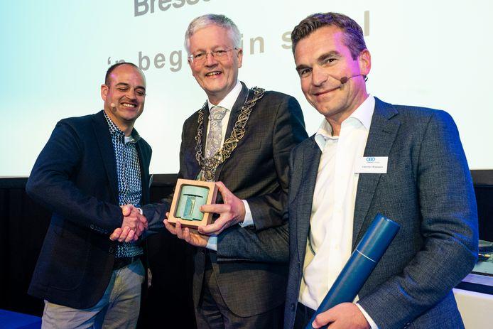 Burgemeester Theo Weterings reikt de Tilburg Trofee uit.