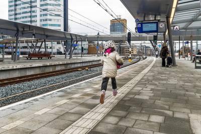 Gemeenteraad Utrecht: perrons puilen uit, dus hoogste tijd voor extra trappen naar Moreelsebrug