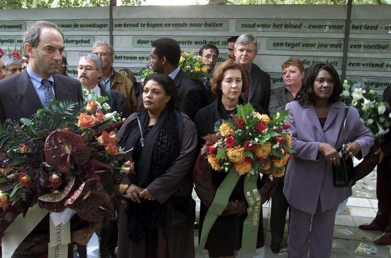 2001: Burgemeester van Amsterdam Job Cohen staat samen met minister Netelenbos (2e links) klaar om bloemen te leggen bij het Groeiend Monument in Amsterdam. Beeld ANP