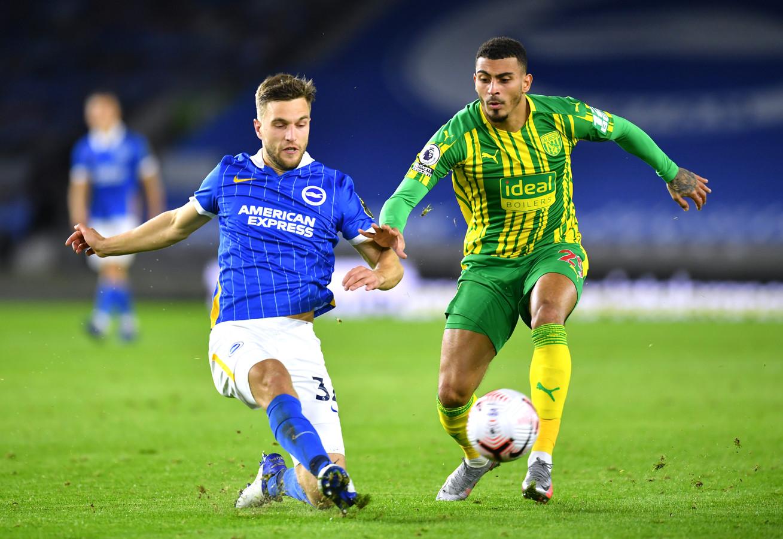 Joel Veltman (links) in duel met Karlan Grant van West Bromwich Albion.