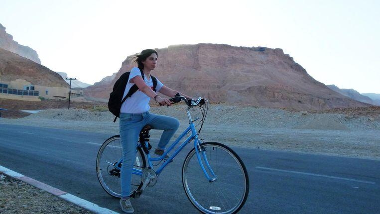 Natascha van Weezel fietste grote stukken door Israël voor haar reisserie. Beeld VPRO