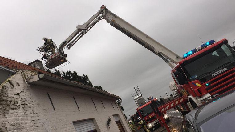 De brandweer gaat de schouwbrand te lijf met de ladderwagen.