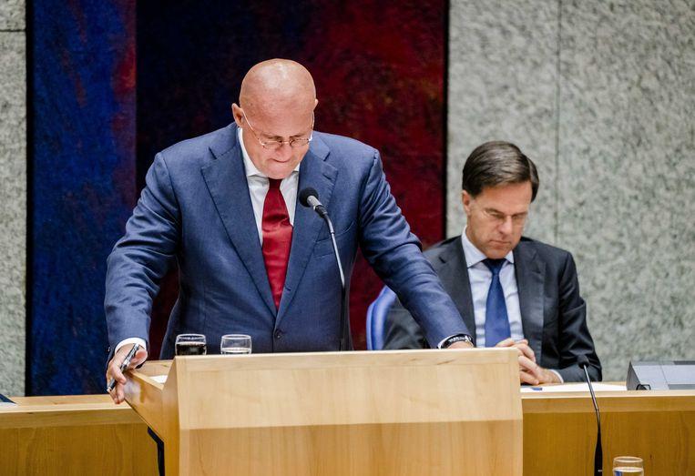 Minister Ferd Grapperhaus (Justitie en Veiligheid) en op de achtergrond premier Mark Rutte. Beeld EPA