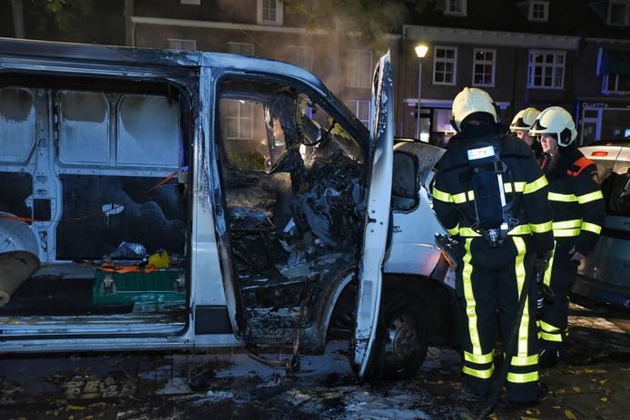 Het uitgebrande busje aan de Fatimastraat in Tilburg.