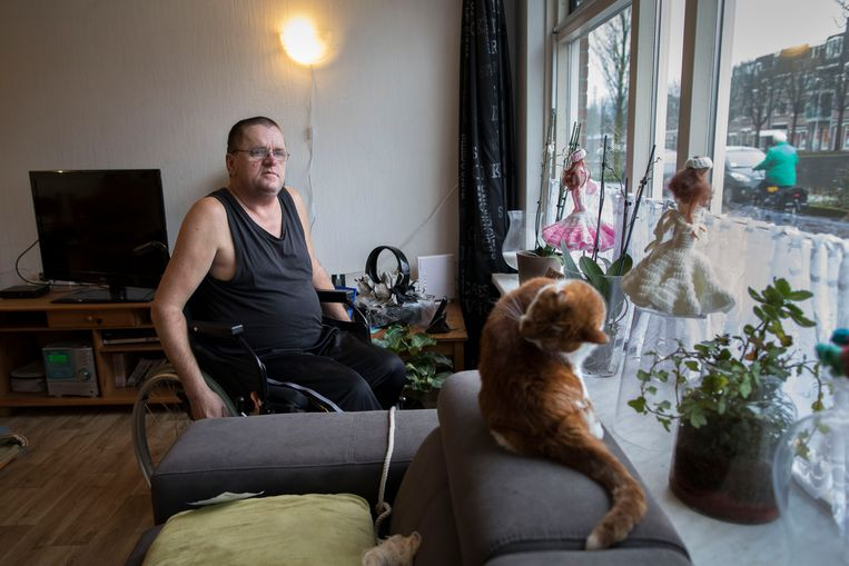 André Simons is cliënt van wijkverpleegkundige Betty Blicek-van Donselaar. Beeld Werry Crone