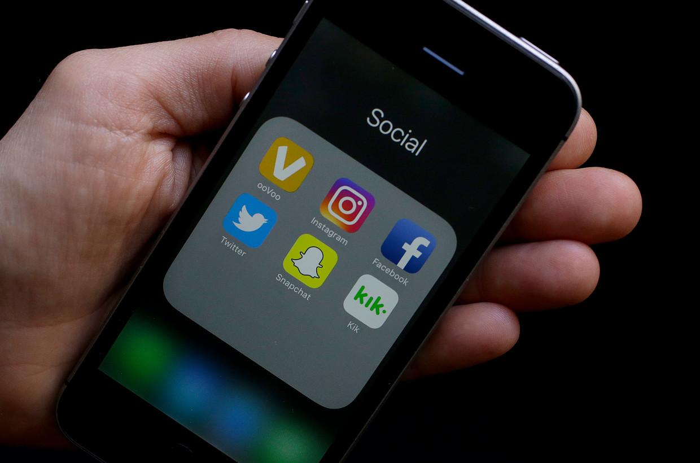 """""""Door bezig te zijn op de smartphone maken mensen een golfje van het gelukshormoon dopamine aan, dezelfde stof die vrijkomt bij sporten, seks of xtc-gebruik"""""""