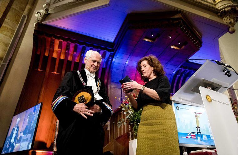 Rector magnificus Bert van der Zwaan (links) ontvangt uit handen van minister Ingrid van Engelshoven van Onderwijs een koninklijke onderscheiding tijdens de Dies Natalis van de Universiteit Utrecht, een bijzondere zitting van het College voor Promoties.  Beeld ANP