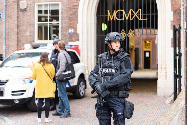 Zwaarbewapende agenten op de Grote Markt in Haarlem voor de ingang van het stadhuis. Beeld Katja Poelwijk