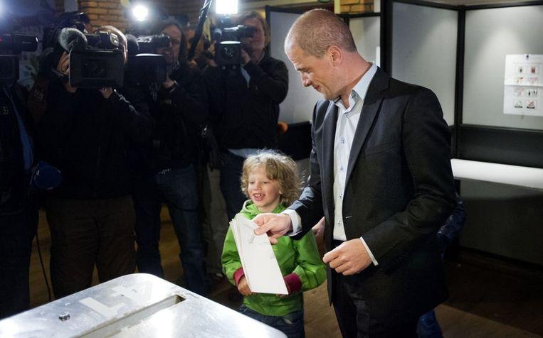 Samsom brengt, samen met zijn zoontje, zijn stem uit in Leiden. Beeld null