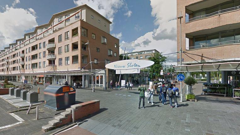 Het winkelcentrum Nieuw Sloten waar de pinautomaat staat. Beeld Google Street View