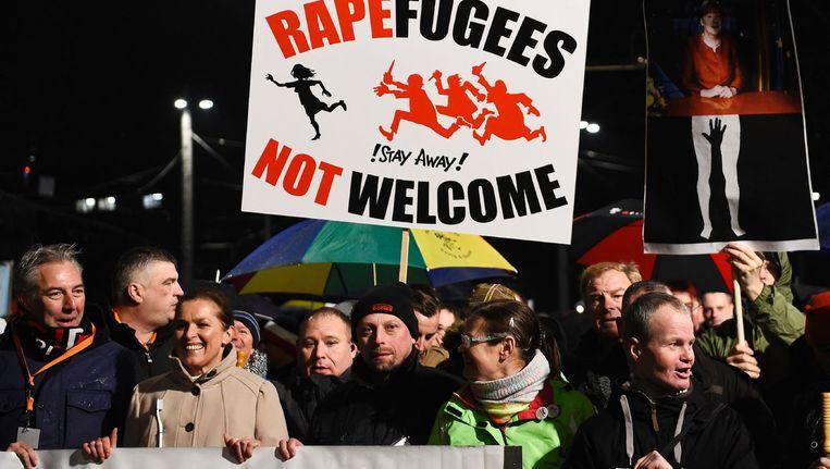 Demonstranten van Pegida in Leipzig dragen een bord waarop staat: Raperefugees not welcome - 'verkrachtvluchtelingen niet welkom'. Beeld afp