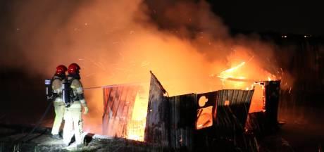 Woonboot gaat op Urk in vlammen op