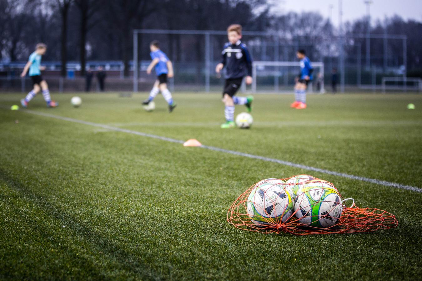 De jeugdtraining bij voetbalvereniging Bladella.