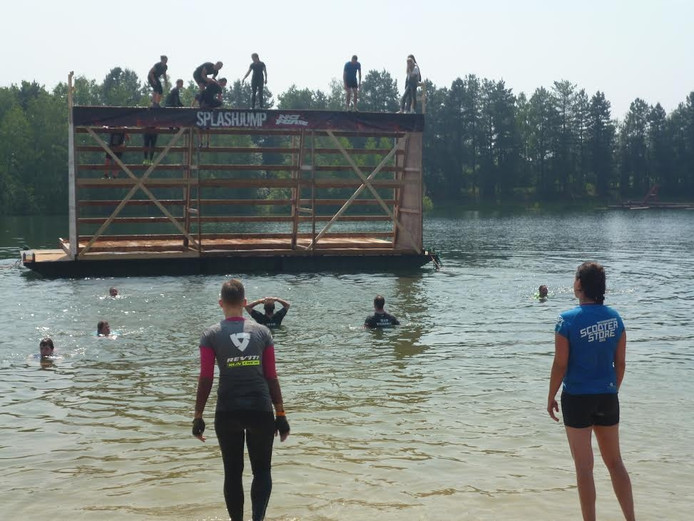 Op deze foto de Splash Jump waar menig deelnemer hoogtevrees moest overwinnen.