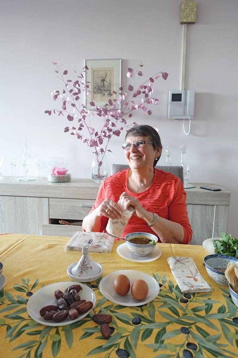 Irène geeft in het kookboek haar recept voor harira. Beeld Marga Janssen