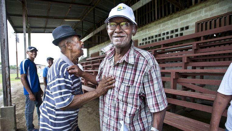 Willy Vonsee (83) brengt zijn stem uit in Paramaribo. Het was niet op Bouterses NDP. Beeld Guus Dubbelman/de Volkskrant