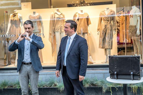 Burgemeester Kris Declercq hielp Steven Delaere tijdens de persconferentie bij enkele goocheltrucs.