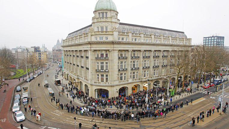 Apple-fans staan in de rij voor de eerste Nederlandse Apple Store, vanmorgen voor de opening op het Leidseplein in Amsterdam. Beeld