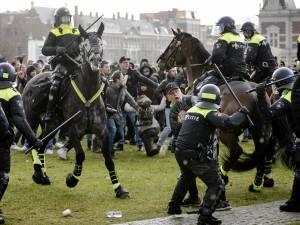 Deux mille personnes rassemblées contre les règles sanitaires à Amsterdam: le masque aux abonnés absents
