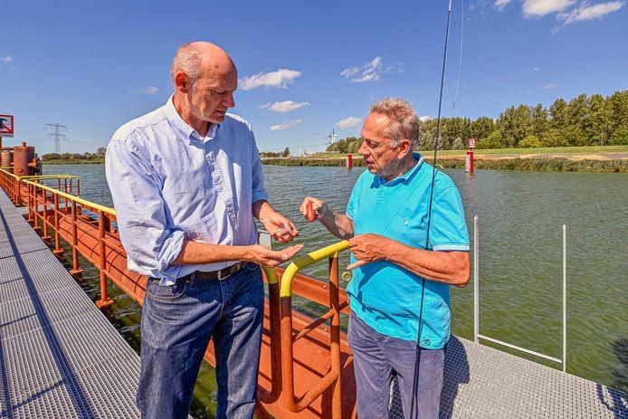 Jos Lobee (links) en Ton de Jonge tonen hun loodvrij lood.
