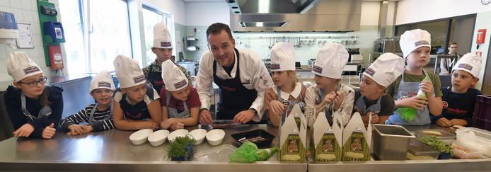 Kok Kees Visser uit Zierikzee met team Radarschool, dat de kookwedstrijd won met de 'bietenrol'.