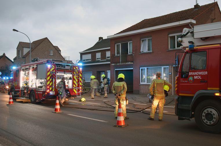 De brandweer aan de woning.