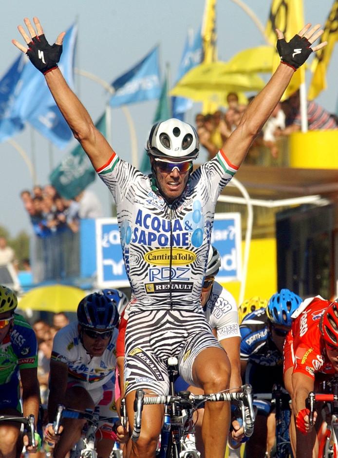 2002: Mario Cipollini (Acqua-Sapone) wint een rit in de Vuelta.