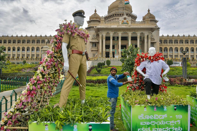 In Bangalore worden de 'corona strijders' van India met bloemen geëerd. Beeld AFP