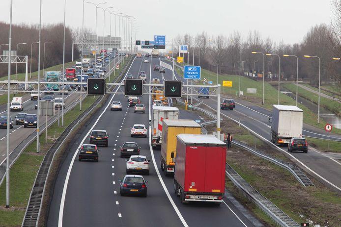 De spitsstrook langs de A27 is de meest rechter rijstrook waar hier vrachtwagens rijden. Een vluchtstrook ontbreekt.