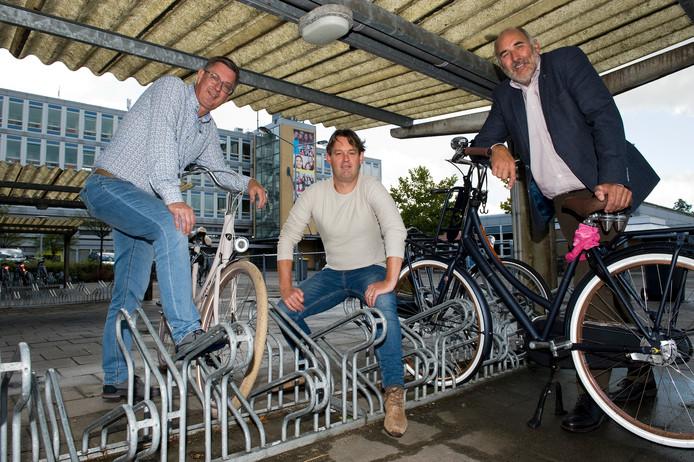 vlnr Ben Tutert, Misha van Oostveen en Han ter Reegen in de fietsenstalling, waar de nieuwe mavo komt. Foto: Raphaël Drent