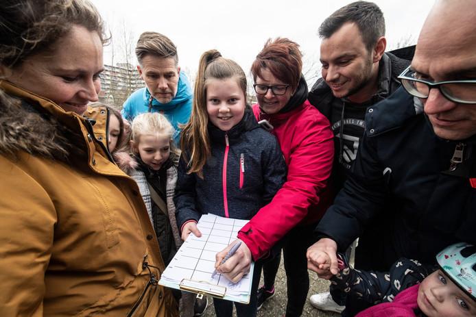Lotus Janse (11) van IKC De Klimboom verzamelt handtekeningen naar aanleiding van inbraak in de school.