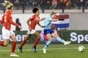 Vivianne Miedema schiet de 0-1 binnen.