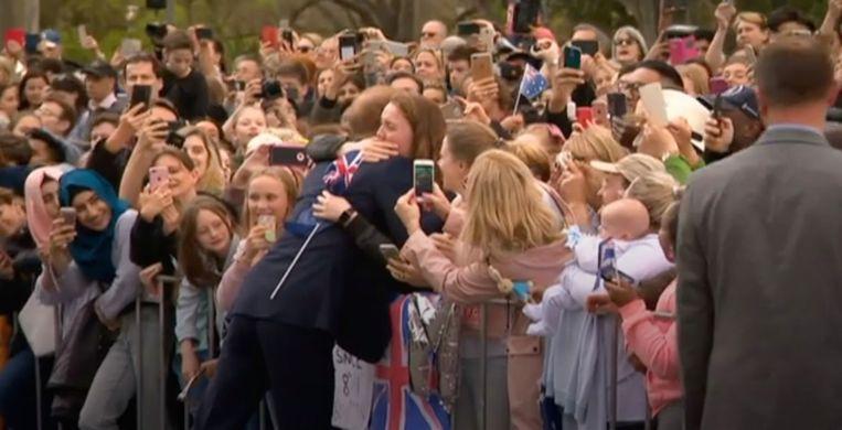 Prins Harry omhelst fan in Melbourne.