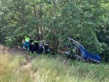 Auto en aanhanger raken van de weg bij Gennep, inzittende gewond
