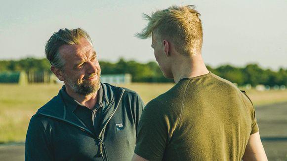 Tom Waes met een van de kandidaten uit 'Kamp Waes'