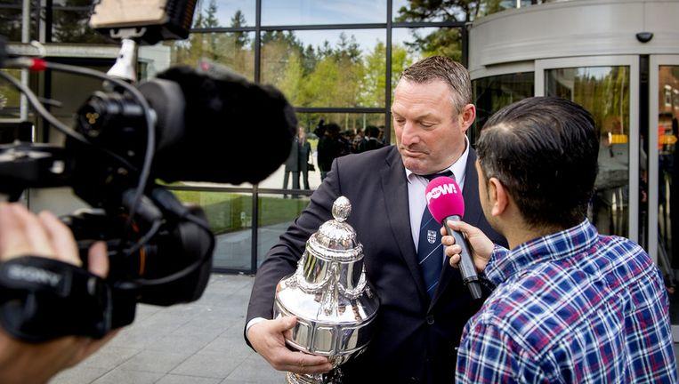 Trainer Ron Jans van PEC Zwolle houdt de officiële KNVB beker vast terwijl hij met de pers praat. Beeld anp
