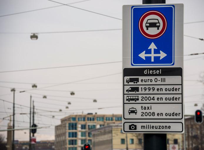 Een bord markeert de milieuzone in Amsterdam voor vrachtwagen, bestelvoertuigen, taxi's en touringcars.