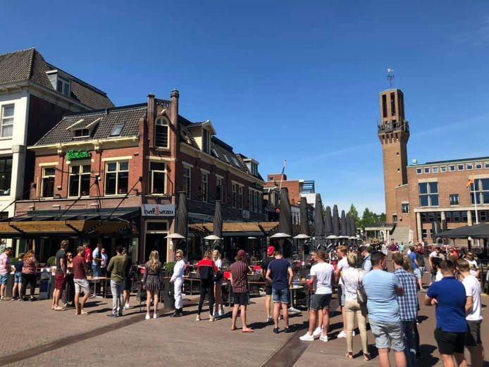 In Hengelo stond maandag een lange rij voor de Twee Wezen.
