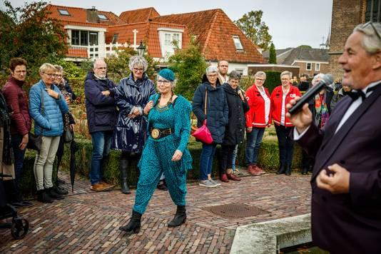 In Vollenhove werd een kostuummodeshow gehouden. Albert Kool van de stichting Oud-Oranje praat het evenement aan elkaar.