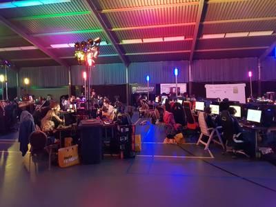 Honderd gamers in een donkere Wijchense sporthal
