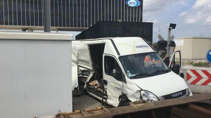 Goederentrein ramt bestelwagen: bestuurder lichtgewond