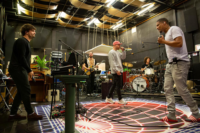 De Staat in de studio, waar de rappers Rico (rode pet) en Sticks mee repeteren, met oog op het Lowlandsoptreden.
