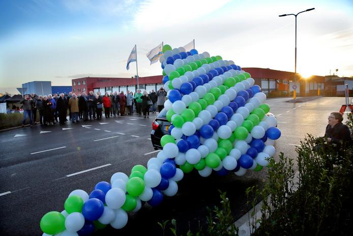 Wethouder André Flach opende de weg door een muur van ballonnen om ver te rijden: ,,Deze weg is echt een doorbraak.''