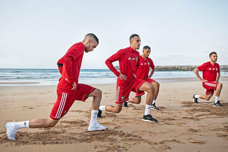 Hakim Ziyech doet rek en strek oefeningen tijdens eerste training op het strand. Het Marokkaanse elftal bereid zich voor op het WK in Rusland. Beeld Guus Dubbelman / de Volkskrant
