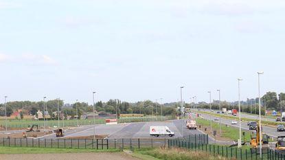 Minister Weyts en de burgemeester van Westkerke in de clinch over beveiligde snelwegparking