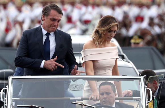 Bolsonaro en echtgenote Michele kwamen in een open Rolls-Royce naar de inauguratie in hoofdstad Brasilia.